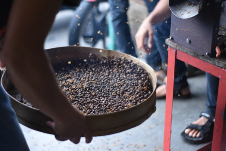竹篾器具里盛的黑豆