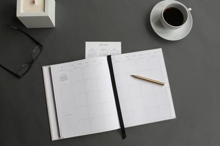 灰色桌上的笔记本