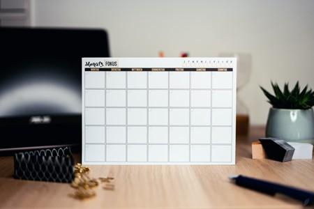 桌上摆放的白色日历