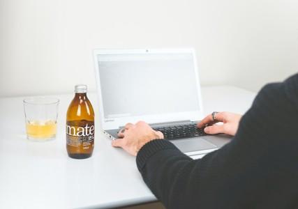 电脑旁边的瓶装饮料