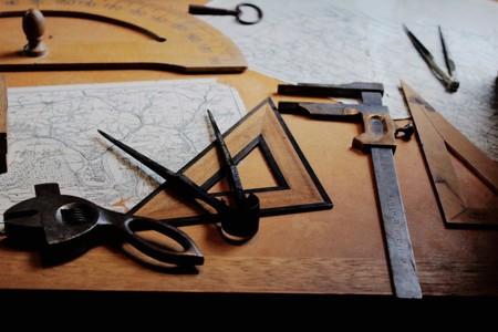 桌子上的各类绘图工具