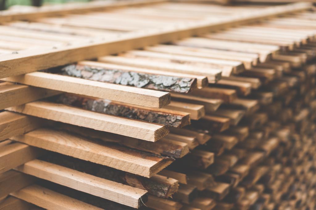 新近地被切开的木头被堆积为木材空气烘干的关闭
