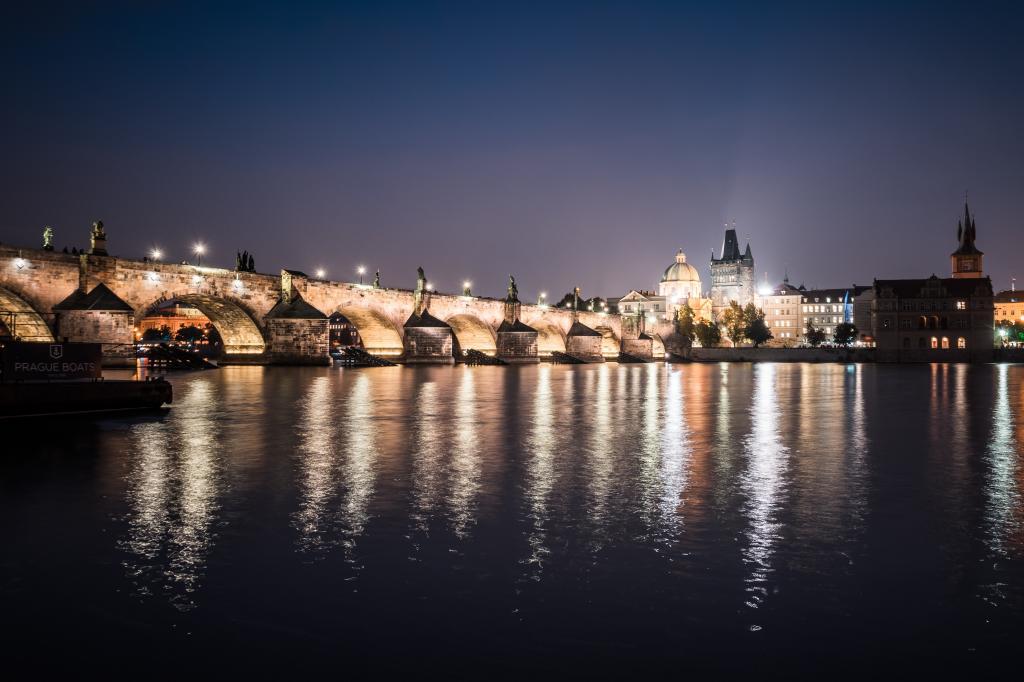 查理大桥和布拉格伏尔塔瓦河在晚上