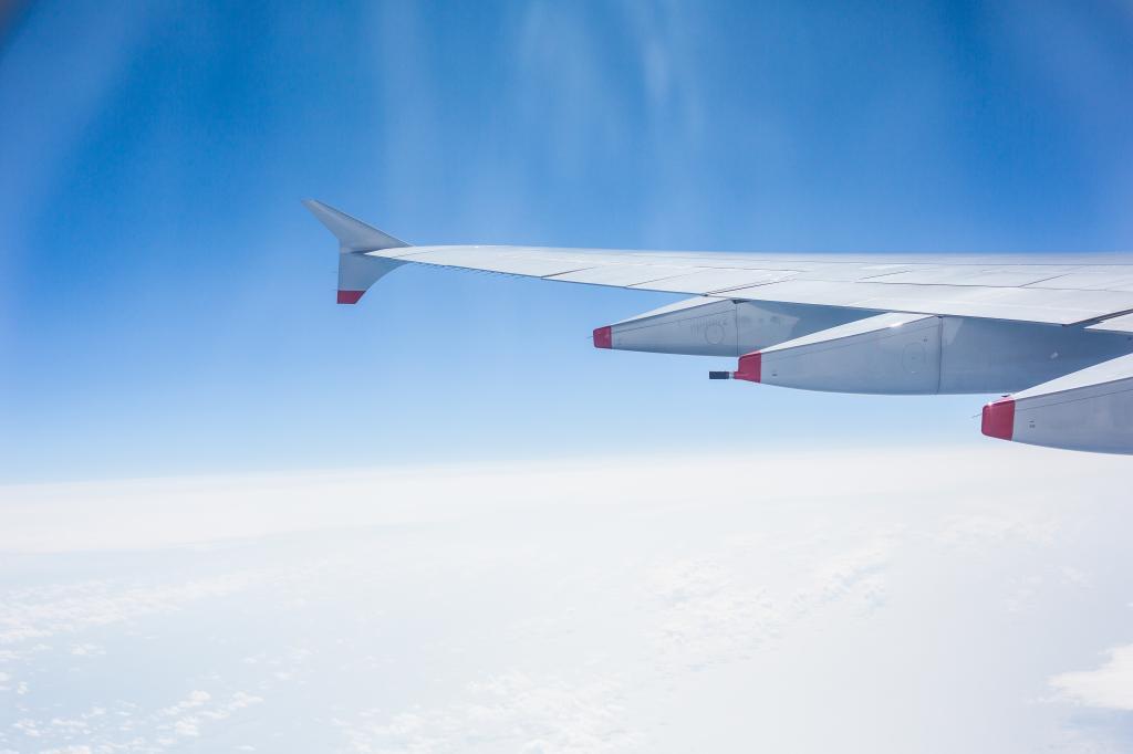 飞机翼和多云的天空