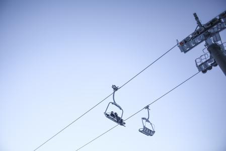 天空和滑雪缆车最小