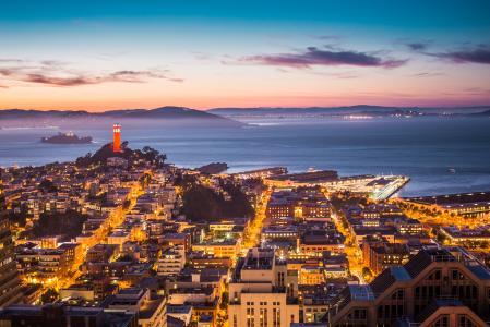 科伊特塔,恶魔岛和一部分的旧金山湾在晚上