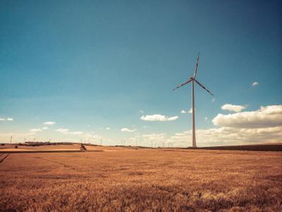 奥地利风车在复古的颜色