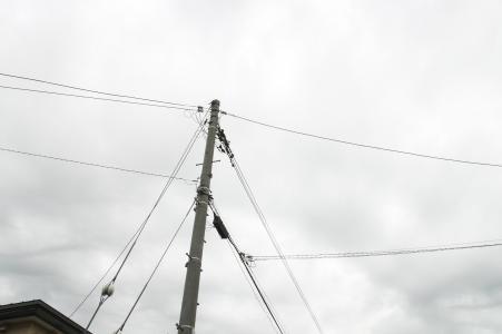 多云的天空和电线杆免费照片