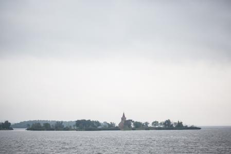 废弃的教堂在水库中间
