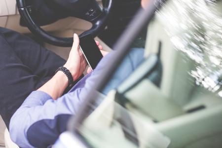 业务经理在车里使用他的手机