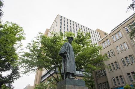 早ased田大学的Okuma Shigenobu雕像免费图片