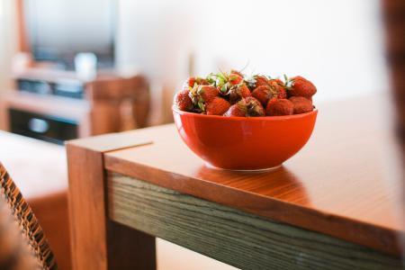 在桌上的草莓
