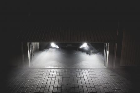 在车库里等待在晚上的跑车