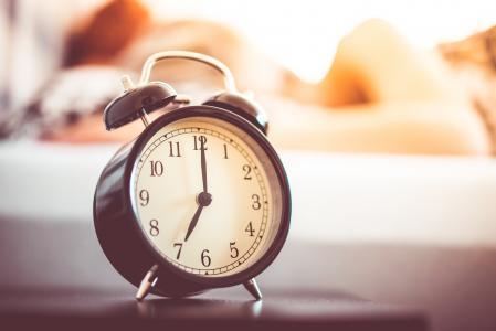 老式闹钟和睡觉的女人
