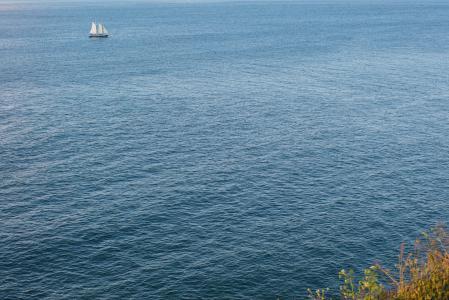 帆船在海中