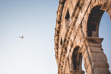 在普拉,克罗地亚的小飞机和罗马竞技场