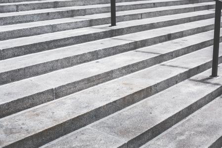 灰色的混凝土楼梯