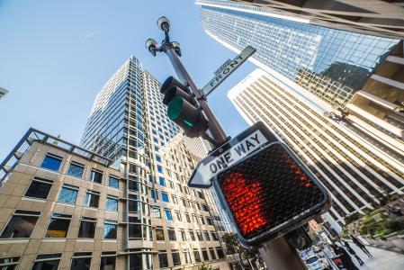 没有方式在城市的交通灯杆上签字
