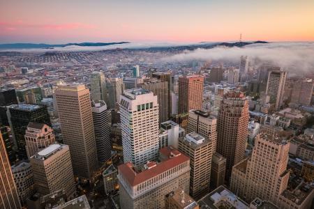 在旧金山摩天大楼的日落视图在财政区