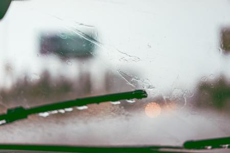 驾驶在雨挡风玻璃刮水器