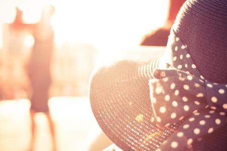 阳光下的另一个女孩的帽子