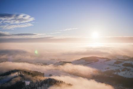 在有雾的山风景的美好的日落
