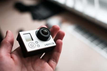 GoPro英雄3在手中