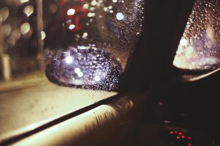 在雨夜的侧视镜