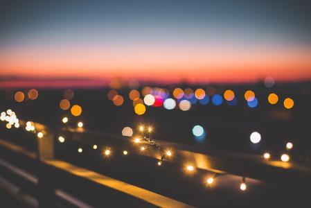 晚上在城市的圣诞灯
