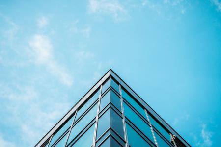 商业摩天大楼办公大楼和蓝天