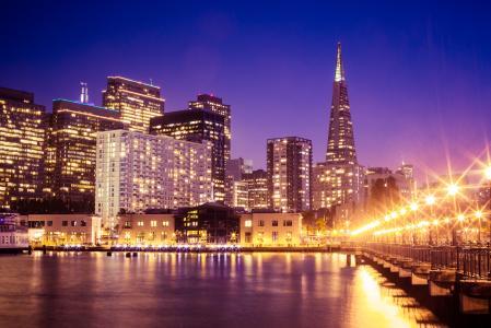 从码头的美妙的旧金山摩天大楼都市风景在晚上