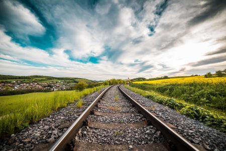 在领域中间的铁路路