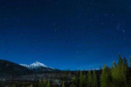 与充满星星的夜空