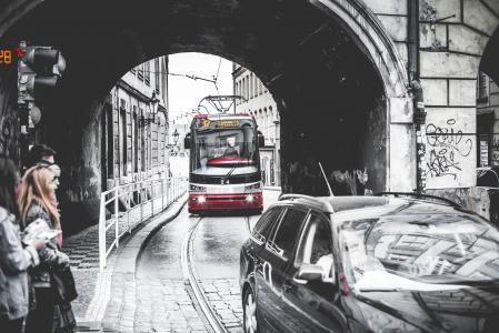 电车穿过桥下的隧道