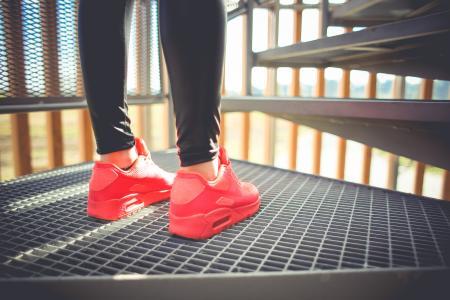 粉红色跑步运动鞋的女孩