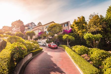 汽车在旧金山,加利福尼亚州降落朗伯德街