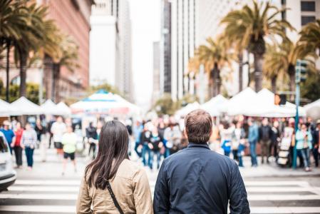 看在人行横道另一边的年轻夫妇