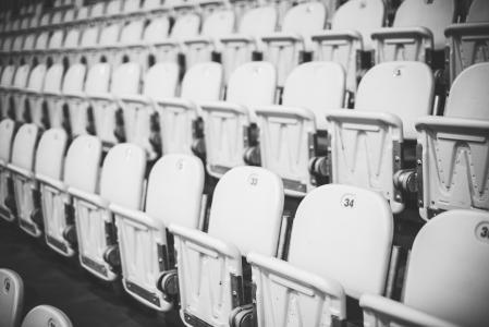 黑色和白色编号的体育场座位