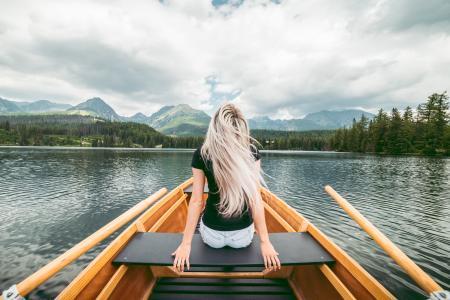 享受划艇的年轻金发碧眼的女人