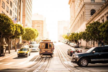 旧金山在晴朗的加利福尼亚街上的缆车