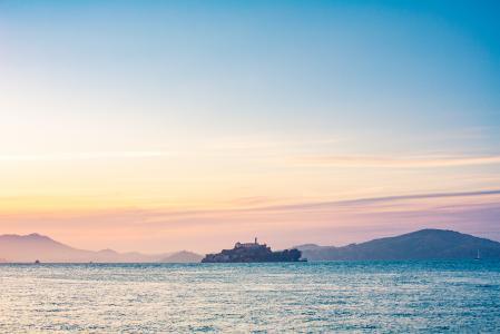 在旧金山湾中间孤独的恶魔岛