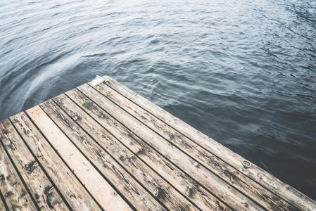 木码头在湖上的简约镜头