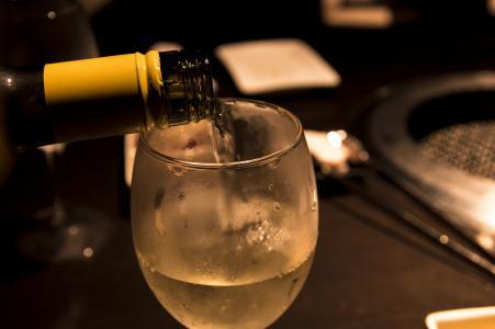 白葡萄酒倾吐免费图片