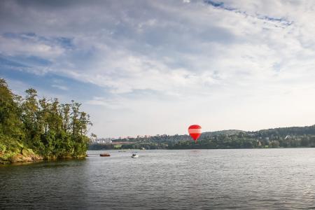 在湖的热空气气球