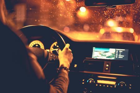 在晚上开车的女人