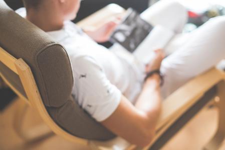 在椅子上读书的人