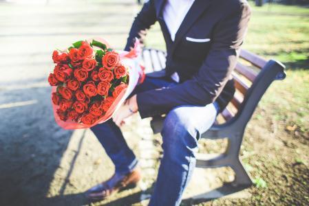 男子与一束玫瑰