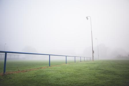 早晨有雾的足球场