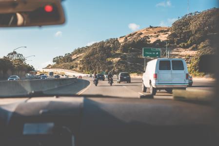 从加利福尼亚路的一辆汽车的乘客座位视图