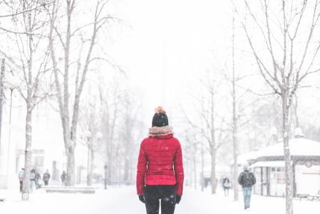 在雪天气公园中间的女人